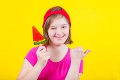 Ragazza sindrome di Down con la grande lecca-lecca Fotografia Stock Libera da Diritti