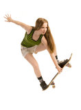 Ragazza-skateboarder di volo Fotografie Stock
