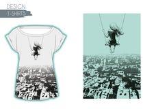 Ragazza sola su oscillazione contro il contesto della città Progettazione delle magliette Fotografia Stock