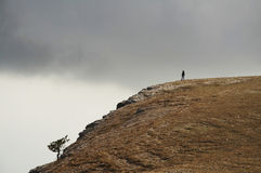 Ragazza sola sulla collina Fotografie Stock Libere da Diritti