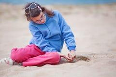 Ragazza sola sulla spiaggia Fotografia Stock Libera da Diritti