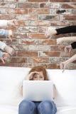 Ragazza sollecitata dietro il computer portatile Immagini Stock Libere da Diritti