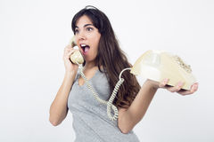 Ragazza sorpresa con il retro telefono Immagini Stock Libere da Diritti