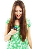 Ragazza sorpresa dell'adolescente che osserva sul telefono mobile Fotografie Stock Libere da Diritti