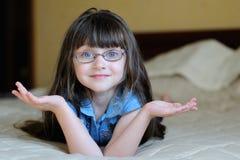 Ragazza sorpresa piacevole del bambino con capelli scuri lunghi Fotografia Stock