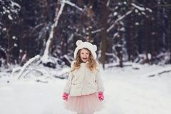 Ragazza sorridente adorabile del bambino in cappello fotografie stock libere da diritti