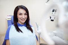 Ragazza sorridente al gabinetto del dentista Fotografie Stock