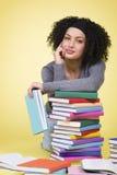 Ragazza sorridente amichevole con i libri variopinti Fotografia Stock