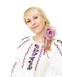 Ragazza sorridente attraente in costume ucraino Immagine Stock Libera da Diritti