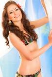 Ragazza sorridente in bikini che propone sulla spiaggia fotografia stock