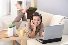 Ragazza sorridente che chiacchiera sul sorridere mobile Fotografie Stock
