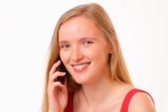 Ragazza sorridente che comunica sul telefono mobile Fotografie Stock Libere da Diritti