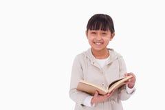 Ragazza sorridente che legge un libro Fotografia Stock Libera da Diritti