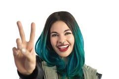 Ragazza sorridente che mostra le due dita, contanti il segno della mano Immagini Stock Libere da Diritti