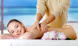 Ragazza sorridente che ottiene massaggio della stazione termale Immagini Stock