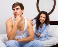 Ragazza sorridente che prova a confortare marito turbato Immagine Stock Libera da Diritti