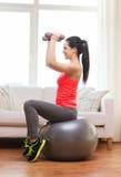 Ragazza sorridente che si esercita con la palla di forma fisica Fotografie Stock