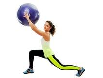Ragazza sorridente che si esercita con la palla di forma fisica Fotografia Stock