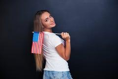 Ragazza sorridente che tiene la bandiera di U.S.A. Immagini Stock Libere da Diritti