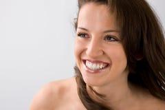 Ragazza sorridente con capelli che soffiano nell'aria Fotografia Stock
