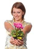 Ragazza sorridente con i cyclamens Immagine Stock Libera da Diritti