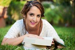 Ragazza sorridente con i libri Immagine Stock