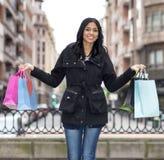 Ragazza sorridente con i sacchetti della spesa. Immagine Stock