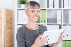 Ragazza sorridente con il calcolatore del ridurre in pani Immagine Stock Libera da Diritti