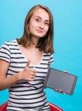 Ragazza sorridente con il computer del pc della compressa Fotografia Stock