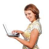 Ragazza sorridente con il computer portatile Fotografie Stock