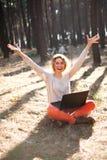 Ragazza sorridente con il computer portatile all'aperto Immagine Stock Libera da Diritti