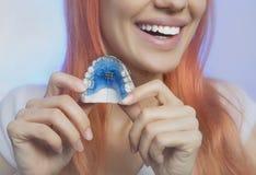 Ragazza sorridente con il fermo per i denti, primo piano fotografie stock libere da diritti