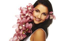 Ragazza sorridente con il fiore piacevole Fotografia Stock