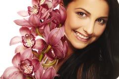 Ragazza sorridente con il fiore piacevole Fotografie Stock Libere da Diritti