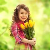 Ragazza sorridente con il grande mazzo dei fiori Fotografie Stock