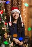 Ragazza sorridente con l'albero di Natale Fotografie Stock Libere da Diritti