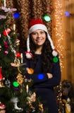 Ragazza sorridente con l'albero di Natale Fotografia Stock Libera da Diritti