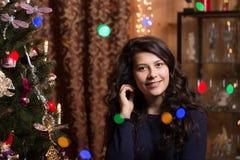 Ragazza sorridente con l'albero di Natale Immagini Stock