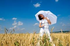 Ragazza sorridente con l'ombrello bianco fotografia stock
