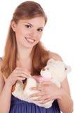 Ragazza sorridente con l'orso di orsacchiotto in mani immagine stock libera da diritti