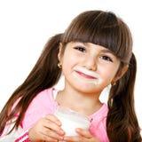 Ragazza sorridente con latte fotografia stock