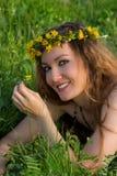 Ragazza sorridente con le ghirlande dei denti di leone fotografie stock libere da diritti