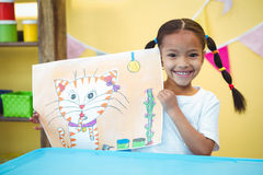 Ragazza sorridente con una pittura del suo gatto Immagine Stock