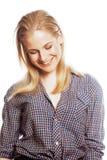 Ragazza sorridente dei pantaloni a vita bassa abbastanza biondi dei giovani isolata su fondo bianco, concetto della gente di stil Fotografia Stock