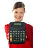 Ragazza sorridente del banco che mostra calcolatore digitale Fotografia Stock Libera da Diritti