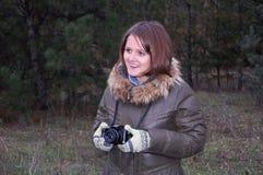Ragazza sorridente dell'adolescente con la macchina fotografica Fotografia Stock