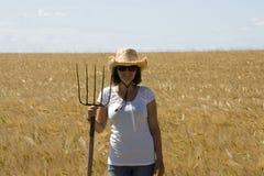 Ragazza sorridente dell'azienda agricola immagine stock libera da diritti