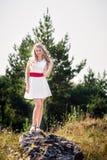 Ragazza sorridente della foto di estate in un vestito bianco Immagine Stock Libera da Diritti