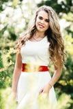 Ragazza sorridente della foto di estate in un vestito bianco Fotografia Stock Libera da Diritti