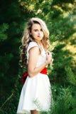 Ragazza sorridente della foto di estate in un vestito bianco Fotografie Stock
